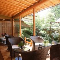 「足湯テラス」日本庭園を眺めながら足湯に浸かる、それはまさに至福のひととき。