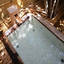 アジアンムード漂う古木を使用した露天風呂。夜には…