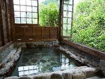 母屋の裏手のアプローチの先にも家族湯(貸切無料)。湯船はご主人手作り。