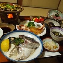 【ご夕食例】地元で採れた野菜や獲れた魚を中心としたお食事をどうぞ。