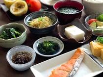 【健康朝食】お料理は日替わりでご用意いたします。新鮮な地元食材を朝からご堪能いただけます♪