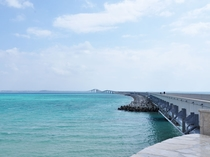 【伊良部大橋】エメラルドブルーの海の上を、のんびりと歩きながらじっくり楽しむこともできます♪
