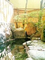 露天風呂と内風呂どちらもお楽しみいただけます。落ち葉が浮かぶ露天風呂の風情を感じていただけます。