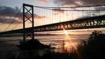 大鳴門橋に架かる朝日
