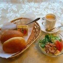 【モーニングセット】パンとサラダ*300円(税別)