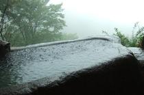 雨の日の空飛ぶ石風呂は向こうまで広がる景色はないけれど雨が二人の小さな世界を作り出してくれる感じ。。