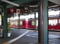 強羅駅・登山電車が発車を待っています。