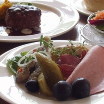 夕食はスモークサーモンやソーセージ、ローストビーフなどを盛り合わせた美味しい前菜、クラムチャウダース