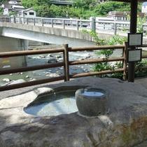 *川を眺めながら、足湯でまったり
