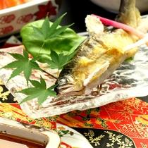 【夕食】鮎の塩焼きを堪能できる。川の美しい天ヶ瀬名物