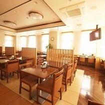 爽やかな朝陽が差し込む朝食レストラン会場です。ごゆっくりお食事をお楽しみください。
