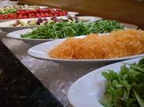 夕食の地場野菜サラダ各種♪