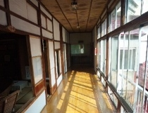 陽の当たる廊下