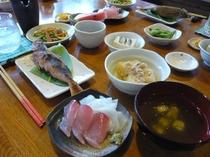 夕食は、島素材をふんだんに使った家庭料理が並びます