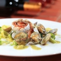 沼津産の太刀魚と自家製スモークサーモンの蒸し物 アサリとバジルのソース
