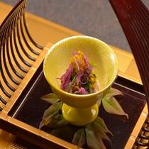 秋は菊花など季節を味わう品々をご提供
