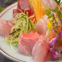地魚お造りも鮮度の良さがひかる逸品