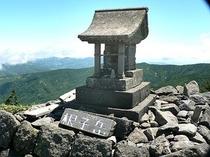 根子岳・四阿山の百名山登山「根子岳山頂のほこら」