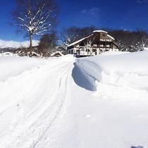 *【外観:冬】真っ白な雪に包まれる…青空とのコントラストが絶妙です。