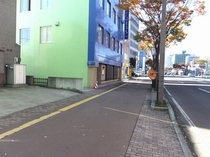 ●駐車場入口②●国道4号線沿い、青森銀行本店の向●