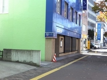 ●駐車場入口③●国道4号線沿い、青森銀行本店の向●