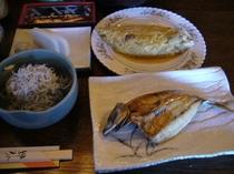 朝食(シラス、オムレツ、板わさ)