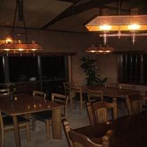 夜の暖炉脇にある食堂