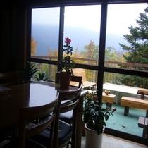 食堂からテラスを眺める