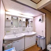 *2F洗面処/共同でご使用いただく洗面スペース。ご自由にご利用下さい。