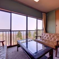 *やまぶき(客室一例)/窓辺の椅子に腰かけて、どこまでも広がる関東平野を一望。