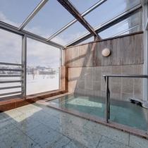 *大浴場/天井がガラス張り。清流魚野川のせせらぎを聞きながら、温かい湯船に浸かる贅沢。夜は星空を☆