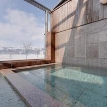 *大浴場/天井がガラス張り。清流魚野川のせせらぎと山々の景観を眺めながら温かい湯船に浸かる贅沢。