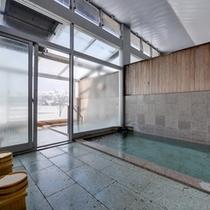 *大浴場/美人の湯として有名な六日町温泉を源泉かけ流しで。扉の向こう側はガラス張りの浴場。