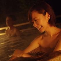 「黄金の湯」を引き込んだ男女別の露天風呂