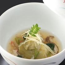 地産の牛肉や川魚など旬の美味しい素材にこだわった会席料理