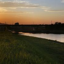 *周辺景色/夕暮れ時の渡良瀬川を眺めて1日のお疲れをリフレッシュ