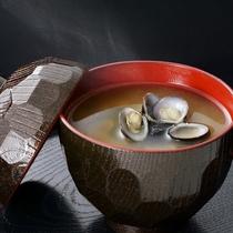 *お食事一例/国産の昆布とかつぶしの出汁と白こし味噌で作ったこだわりの一杯
