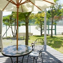 *テニスクラブKIKUYA/爽やかな風に吹かれながら、デッキでのんびり過ごすのも至福のひととき。