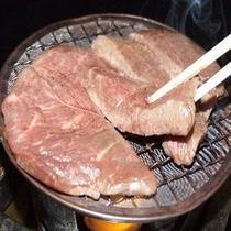 ステーキは陶板焼きで熱々をお召し上がり下さい♪