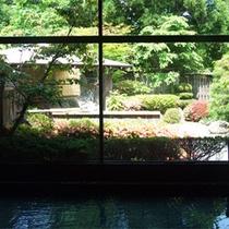 *内風呂一例/大きな窓の外には庭園の眺めが広がる大浴場。