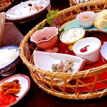 一日の源!ご朝食は白いご飯にいろんな小鉢が並びます!