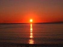 夏には目の前の海から絶景の夕陽を眺めることが出来ます。