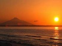 2月頃には利尻富士と夕陽が一緒に眺めることが出来ます。