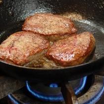 フライパンの中の牛フィレステーキ