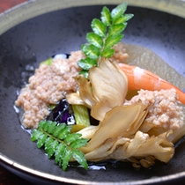 *お夕食一例(煮物)/煮崩れないよう、じっくりことこと煮込んだ煮物。心に沁みる和の味わいに◎