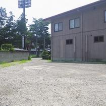 *駐車場/ご宿泊者は30台無料でお停めいただけます。広々としてスペースで安心。