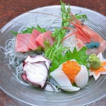 *お夕食一例(お造り)/日本海は新潟から、太平洋は築地から、新鮮な海の幸を彩り豊かに盛り付けました。