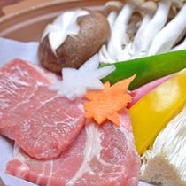 *お夕食一例(陶板焼き)/上州牛ともち豚の陶板焼きは、たっぷりのお野菜ときのことともに。