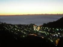 客室からの眺め(朝日を望む町並み)