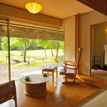 【客室例】本館和室。窓の外には日本庭園の美しい眺めが広がります。